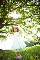 木の下の女の子