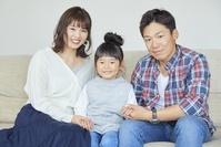 部屋で寛ぐ日本人の親子