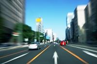 街中を走行する車