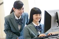 パソコンを操作する女子校生