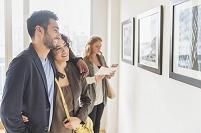ギャラリーでアートを見るカップル