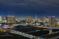 東京都 豊洲市場と豊洲方面のビル群とスカイツリーの夜景