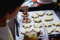 クッキー作りをする子供