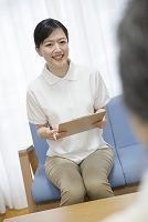 地域包括支援センターで応対する介護士