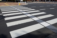 東京都 横断歩道内の点字誘導ブロック エスコートゾーン
