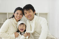 白いセーターを着ている日本人家族