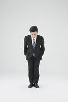 お辞儀をする日本人ビジネスマン