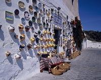 フリヒリアーナにて 白壁一面に飾った土産物
