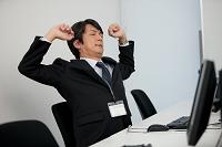 伸びをする日本人ビジネスマン