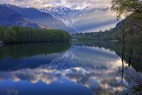 長野県 新緑の大正池と穂高連峰朝景 上高地
