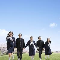手を繋いで走る中学生男女
