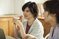 ミーティングしている日本人女性