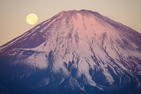 静岡県 紅富士と月