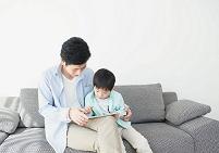 ソファでくつろぐ日本人親子