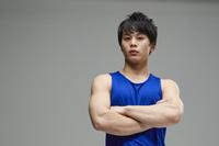 腕を組む日本人男性選手