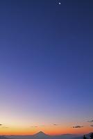 山梨県 夜明けの富士山と月