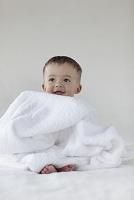まっ白なタオルと裸の赤ちゃん