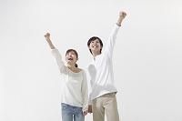 手を伸ばす日本人カップル