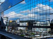 京都府 京都駅ビルに映る外の風景