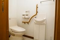 手摺りの付いたトイレ
