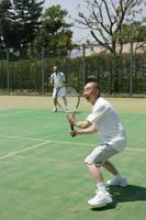 テニスをする中年男性