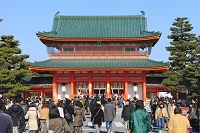 京都府 平安神宮 歩行者天国を歩く初詣客と応天門