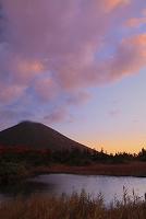 青森県 八甲田 睡蓮沼と朝焼け雲