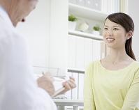 診察を受ける日本人女性