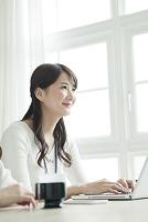 カジュアル服で働く日本人女性