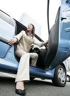 車のドアを開けるの女性