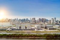 東京都 豊洲市場と晴海方面のビル群と光 合成