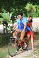 自転車に乗る若いカップル