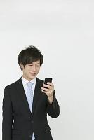スマートフォンを使う20代ビジネスマン