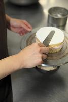 ケーキにクリームを塗る手 ケーキ屋