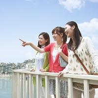 遠くを眺める日本人女性達