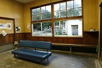 木造駅舎の待合室
