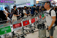 デモ影響で閉鎖の香港国際空港 業務再開もデモ隊が再び占拠