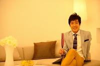 シャンパングラスを持つ中高年日本人男性