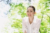 公園に散歩する日本人女性