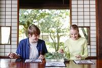 書道を体験する若い外国人カップル