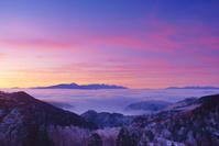 長野県 長和町 美ヶ原から望む朝焼けの八ケ岳連峰と富士山と雲...