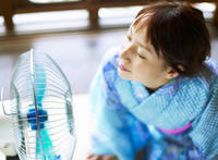 風を感じる日本人女性