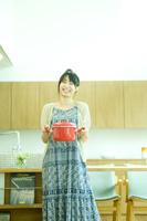 鍋を持つ日本人女性