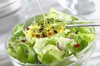 サラダにかけるバルサミコ酢とオリーブオイルのドレッシング