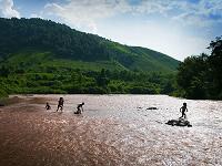 ラオス北部 ルアンパバーン近郊の村 メコン川で遊ぶ幼子