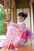 紙風船で遊ぶ日本の女の子