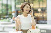 外で電話をかける日本人女性