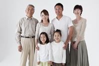 笑顔の三世代ファミリー 白バック