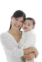 お母さんに抱っこされる赤ちゃん