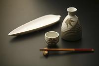 徳利セットと和皿 秋の日本酒の徳利と和皿のイメージ